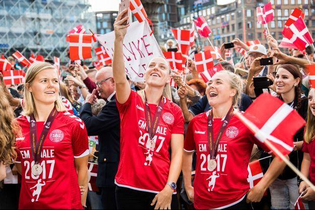 Les Danoises célèbrent leur seconde place à l'Euro 2017.