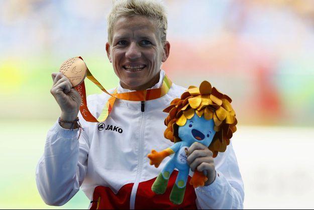 Marieke Vervoort, aux JO de Rio, médaille de bronze du 100 mètres fauteuil autour du cou.