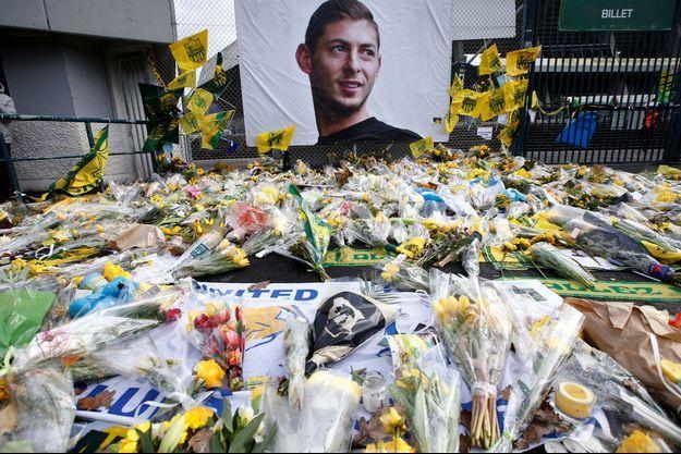 Un hommage à Emiliano Sala devant le stade de la Beaujoire à Nantes.