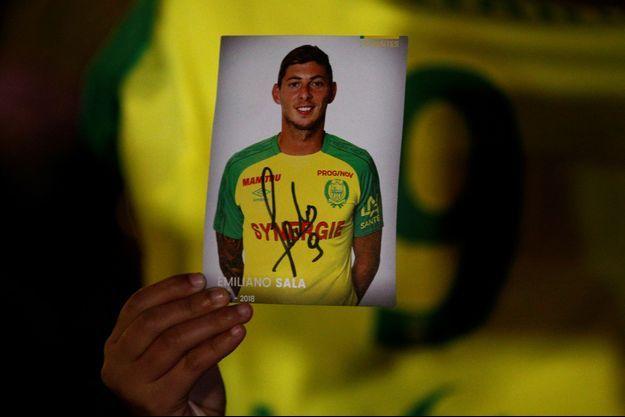 Ici, un fan tient une photo d'Emiliano Sala, lors d'un rassemblement à Nantes mardi.