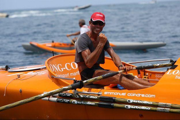 Emmanuel Coindre peut serrer le poing de la victoire contre l'océan.