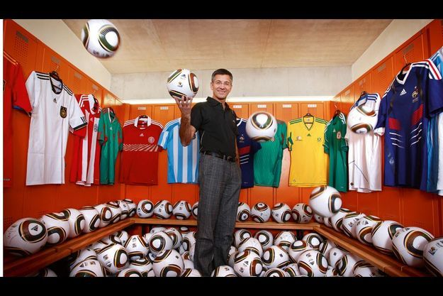Herbert Hainer, au siège d'Adidas en Bavière, dans les vestiaires du stade privé, avec le tout nouveau ballon officiel de la prochaine Coupe du monde.