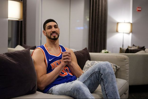 Enes Kanter a regardé le match à la télévision, à New York.