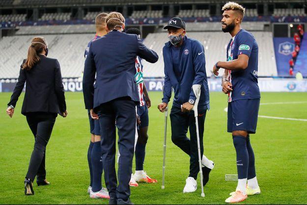 Kylian Mbappé, samedi soir, en béquilles au Stade de France.