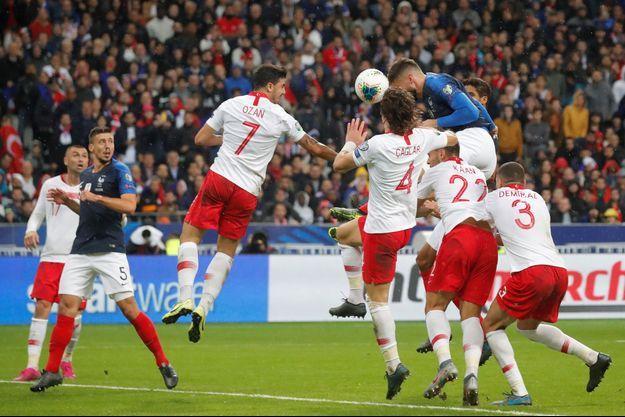 Olivier Giroud a marqué l'unique but français de la tête.