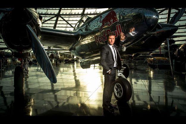 Vendredi 14 décembre, dans le hangar 7, le musée Red Bull à Salzbourg (Autriche). Felix Baumgartner est devant un Lockheed P-38 Lightning, un avion de chasse.