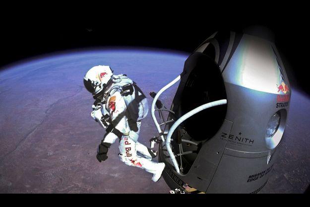 Felix Baumgartner, 43 ans, abandonne sa nacelle, il est 20 h 08 à Paris. La mission « Red Bull Stratos, aux frontières de l'espace » se déroule parfaitement.