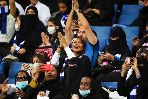 Des saoudiennes lors d'un match de football.
