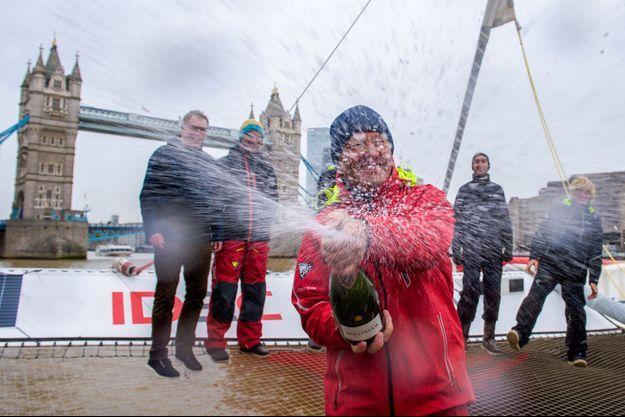 Francis Joyon fête son arrivée à Londres.
