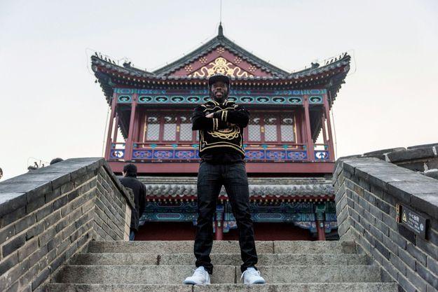 Le 26 octobre, il pose sur la Grande Muraille, à proximité de Qinhuangdao.