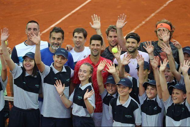 Les joueurs présents sur l'Adria Tour posent avec les ramasseurs de balles, en dépit de la pandémie de covid-19.