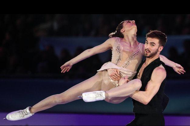 Guillaume Cizeron avec sa partenaire Gabriella Papadakis lors d'un gala d'exhibition en Autriche.