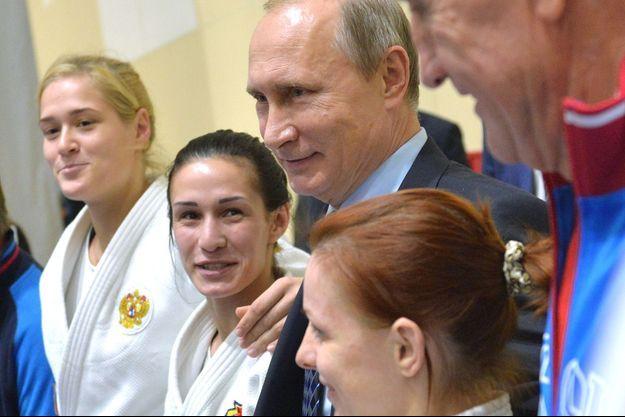 Le président russe Vladimir Poutine rend visite aux athlètes d'un centre sportif de Sotchi en novembre 2015.