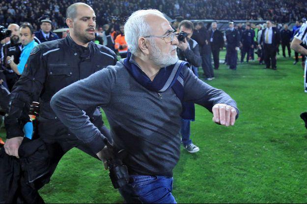 Le président du PAOK Salonique Ivan Savvidis, revolver à la ceinture.