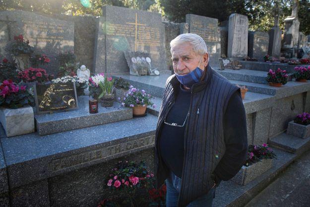 Janot devant le caveau où reposent ses enfants, au cimetière de la Ritorte, à Hyères, le 11 février.