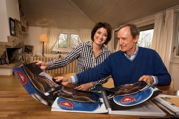 Avec Sophie, devant la maquette du livre sur sa vie de skieur : on aperçoit le dossard qu'il portait à Kitzbühel en 1967, la victoire dont il est le plus fier.