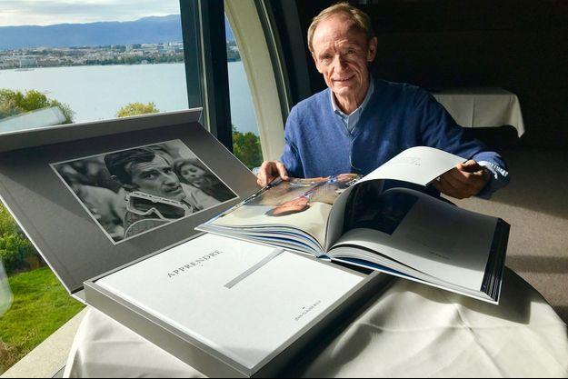 Jean-Claude Killy feuillète « JCK, le livre d'image ».