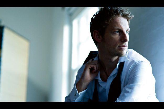 En exclusivité pour Paris Match, Jenson Button joue les mannequins. Il porte au poignet le modèle Carrera de TAG Heuer dont il est un des ambassadeurs.