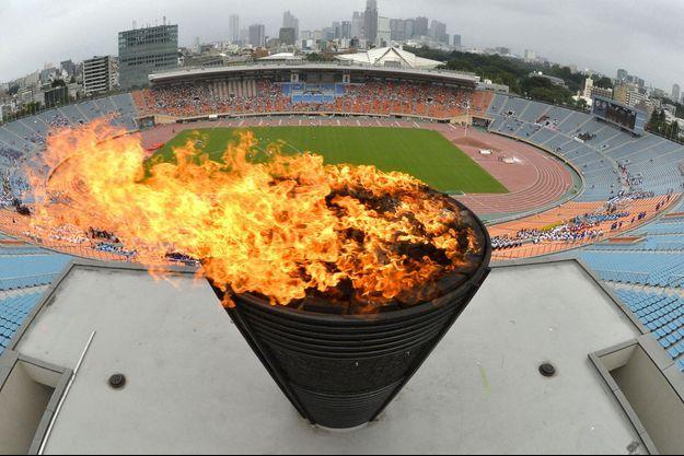 la flamme olympique, à Tokyo.