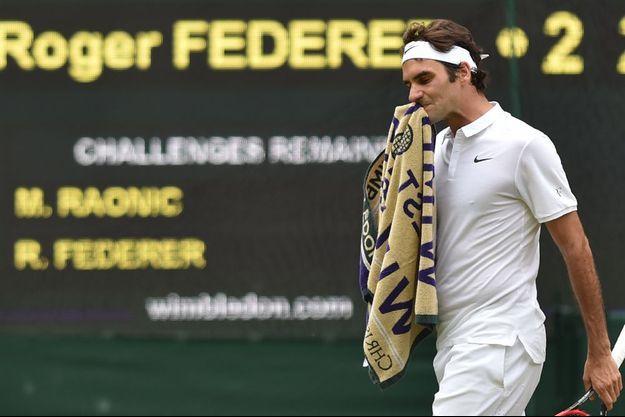 Roger Federer lors de sa défaite face à Milos Raonic à Wimbledon