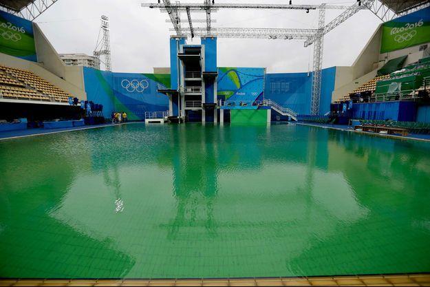 L'eau verte du bassin olympique du plongeon