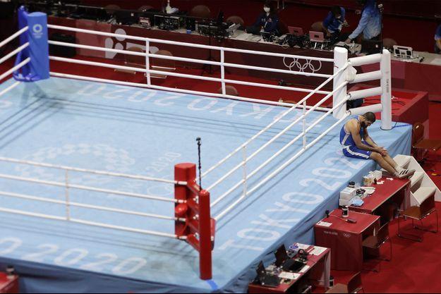 Mourad Aliev, seul sur le bord du ring, après son élimination.