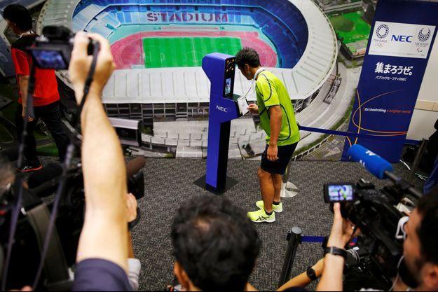 Le joueur de rugby Teruya Goto fait une démonstration du nouveau système de reconnaissance faciale qui sera utilisé en 2020 à Tokyo.