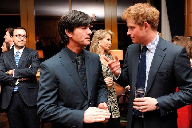 Joachim Low a Berlin en 2010 avec le prince Harry lors d'un gala de charité.