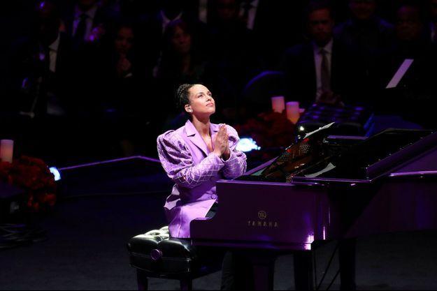 Alicia Keys a rendu hommage à Kobe Bryant lundi au Staples Center.