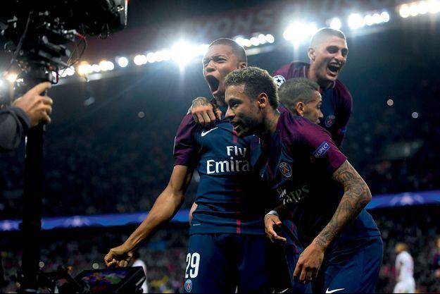 A la 63e minute du match PSG-Bayern, Kylian qui a délivré une passe décisive à Neymar. A dr., Dani Alves et Marco Verratti.