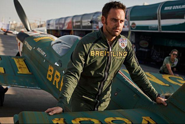 Mika Brageot et son avion.