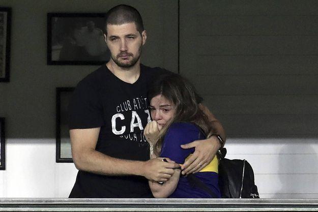 Dalma Maradona, à droite, regarde l'hommage à son père du club de Boca Juniors, le 30 novembre.