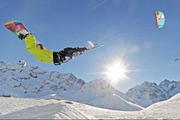 «Le snowkite est plus facile a appréhender que le kitesurf » Coucher de soleil sur le massif du Semnoz, proche d'Annecy. Estelle déploie ce jour-là une aile à boudin, identique à celle utilisée en kitesurf.