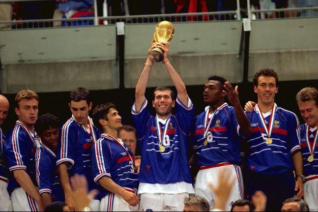 Les Bleus soulèvent la Coupe du Monde en 1998 au Stade de France.