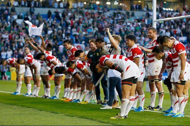 Les joueurs japonais saluent le public, à Brighton, après leur incroyable succès.
