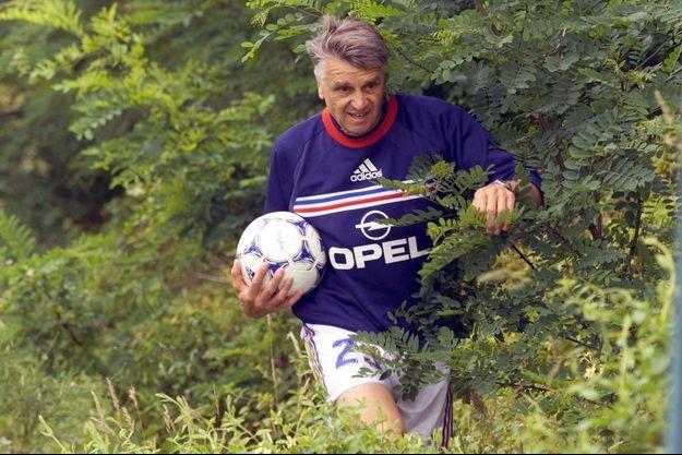 En juin 1998, Aimé Jacquet à Clairefontaine ramène un ballon égaré pendant l'entraînement de l'équipe de France.