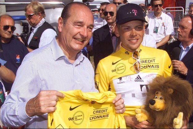 Jacques Chirac et Jan Ullrich, vainqueur de l'étape entre Meyrignac-l'Église et Corrèze et nouveau maillot jaune, le 18 juillet 1998.