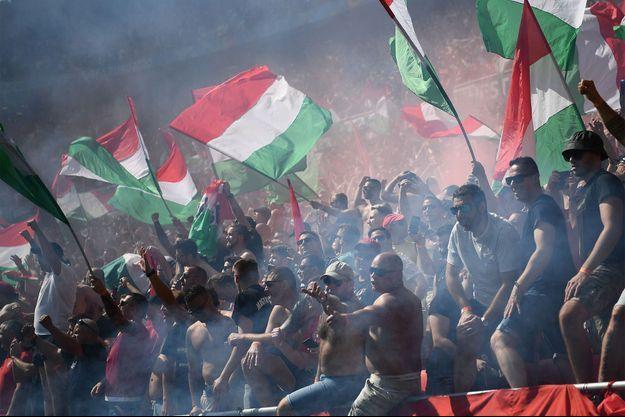 Les supporters hongrois lors du match opposant leur pays à la France, à Budapest, samedi.