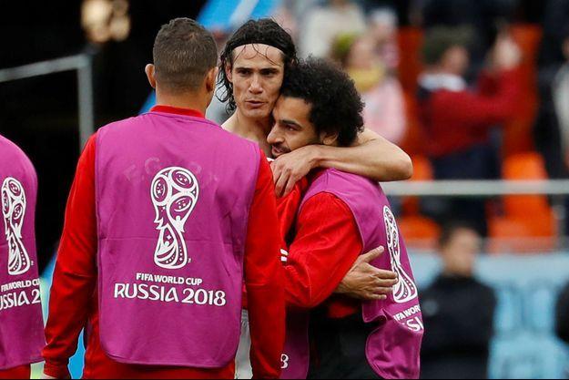 Edinson Cavani prend Mohamed Salah dans ses bras.