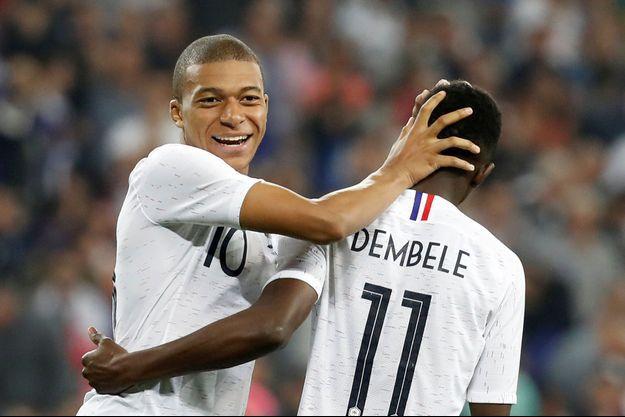 Kylian Mbappé félicite Ousmane Dembelé auteur du troisième but français.