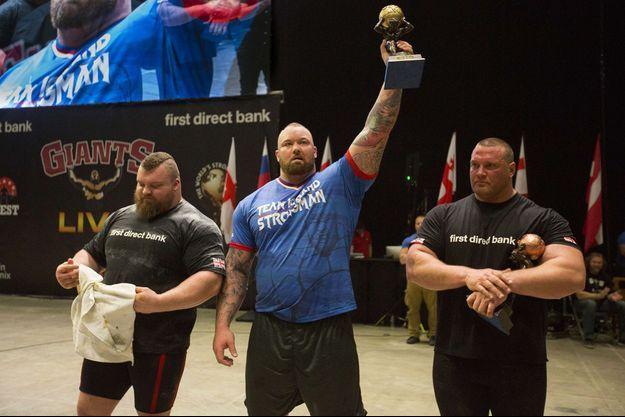 Hafþór Júlíus Björnsson (au centre), aux côtés d'Eddie Hall (à gauche) lors du concours de l'homme le plus fort du monde.