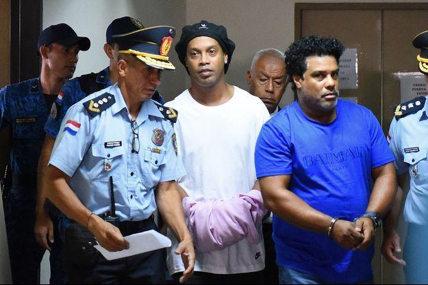 Ronaldinho (au centre), a déjà passé deux nuits en prison.