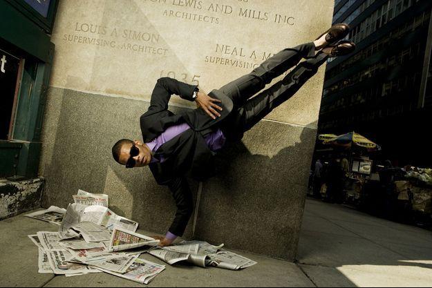 Le Français Brahim Zaibat effectue une figure dans la rue, à New York. Il a décroché le titre de champion du monde
