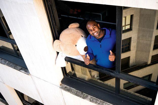 Avec Teddy le grizzli, son alter ego. « Soyez responsables, respectez le confinement à la lettre », exhorte le champion du monde de judo