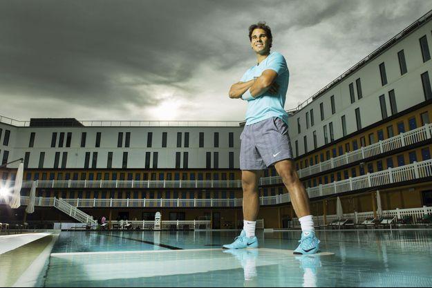 Vendredi 23 mai, dans la nouvelle piscine Molitor. Rafael Nadal s'exerce à faire des miracles.