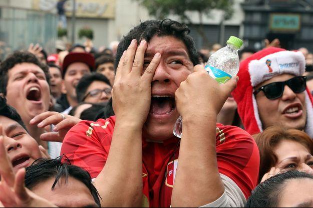 La détresse des supporters péruviens après l'élimination du Pérou par la France.