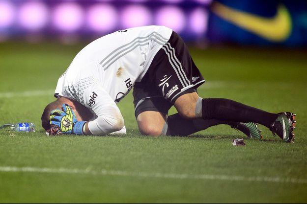 Anthony Lopes s'écroule après le jet d'un pétard lors de Metz-Lyon.