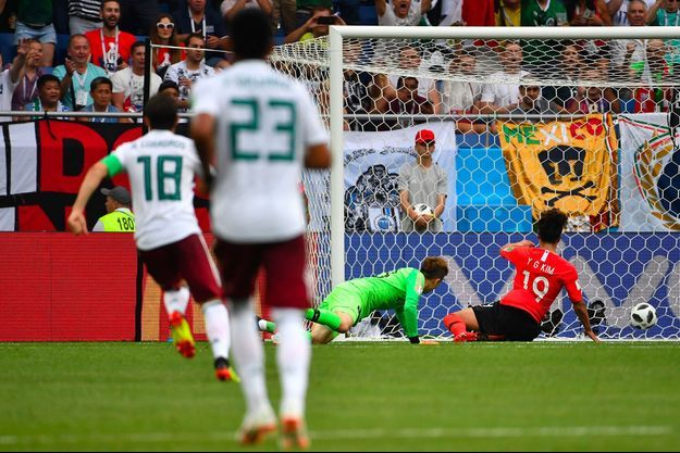 But pour le Mexique : le gardien sud-coréen Cho Hyun-woo ne peut contenir la balle, samedi à Rostov-sur-le-Don, en Russie.