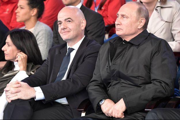 Vladimir Poutine aux côtés de Gianni Infantino.