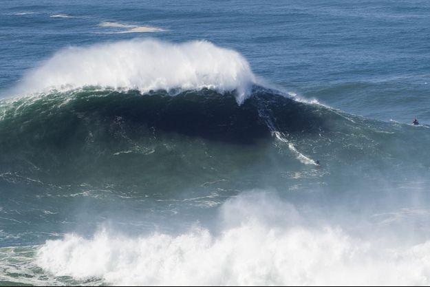 Justine Dupont a surfé à Nazaré ce qui est probablement la plus grosse vague de sa vie.